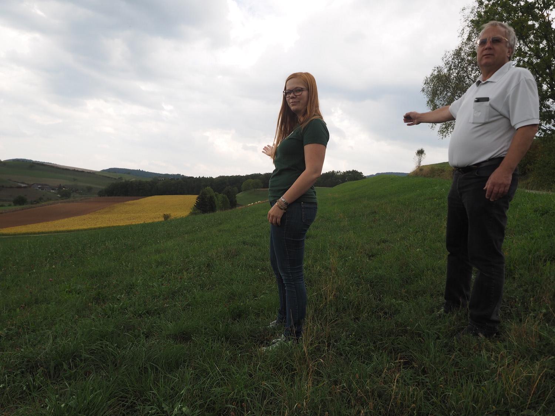 Olivia Wassmer, Natur- und Umweltverantwortliche, und Max Sterchi, Präsident des Vereins Erhalt Buech Herznach-Ueken, zeigen auf das Gebiet, wo die Deponie geplant ist. Foto: Fabrice Müller